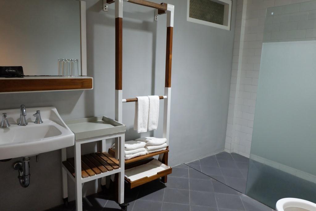 lokal-bathroom