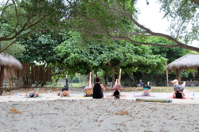 Liburan di Gili Trawangan — Yoga on the beach