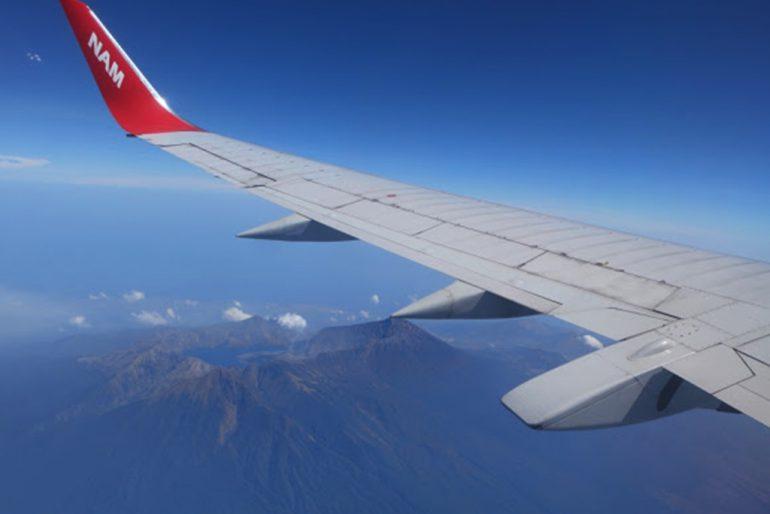 Maskapai NAM Air di atas Gunung Rinjani